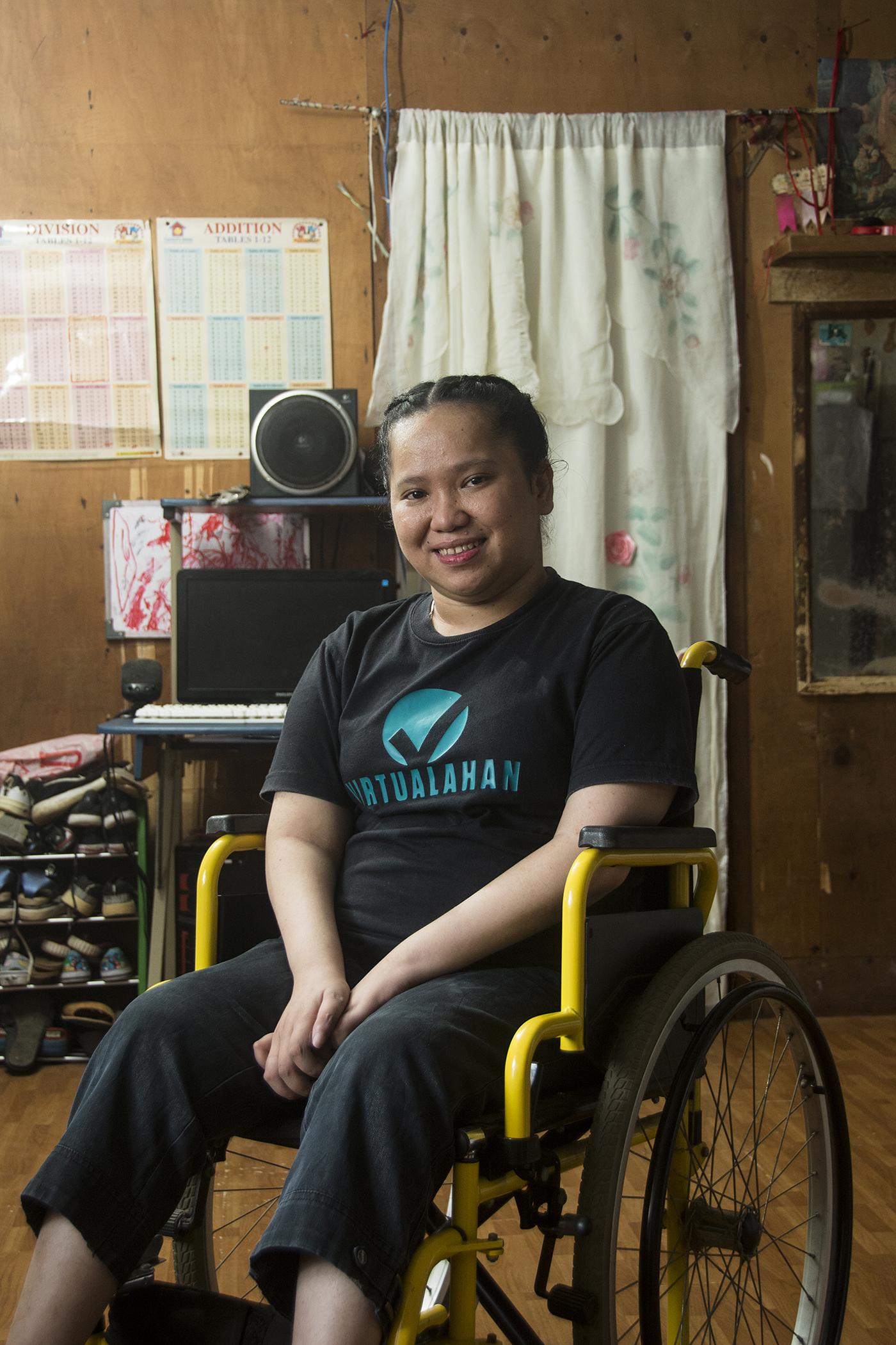 Mary Grace I. Daliola aus Davon City auf den Philippinen posiert für ihr Portrait. Sie ist Teil der Virtualahan- Community und kann durch das Ausbildungsprogramm heute wieder ihre Familie ernähren. Bild: Ryam Yap/Micromedia für Global Citizen