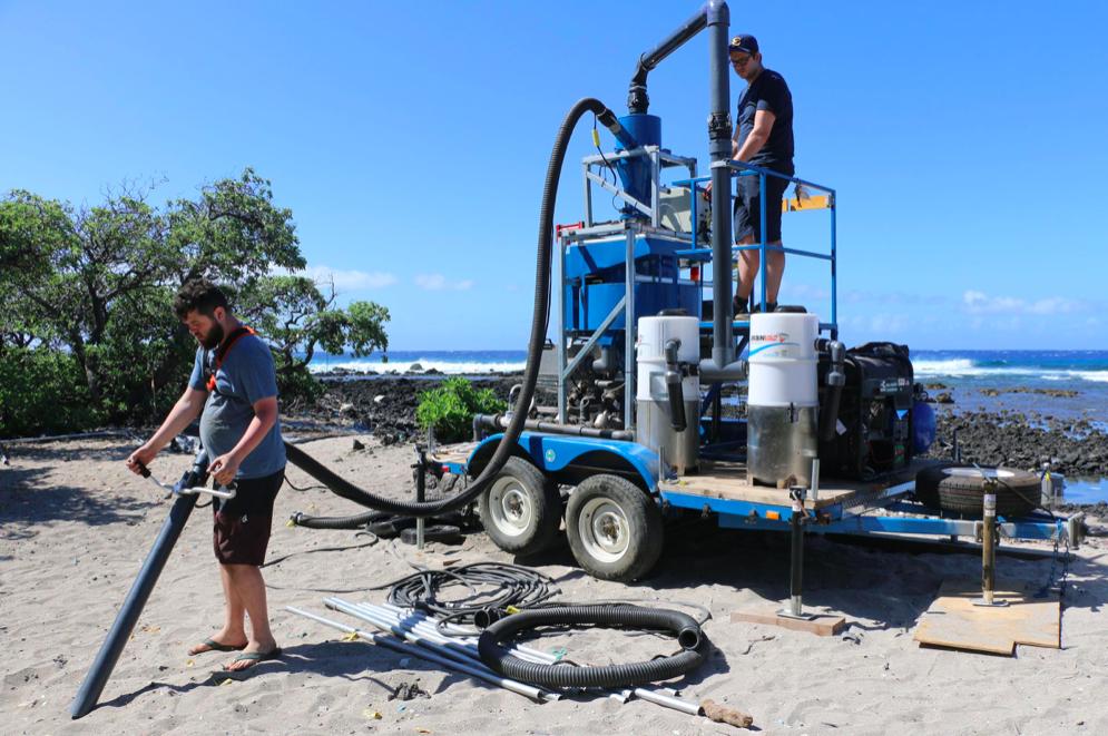 Estudiantes universitarios inventaron una aspiradora para limpiar los  microplásticos de la playa