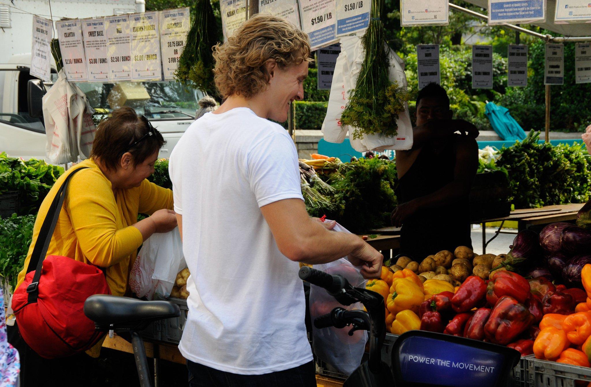Matthew Maitland visite un marché de producteurs locaux. Crédit : David Valerio
