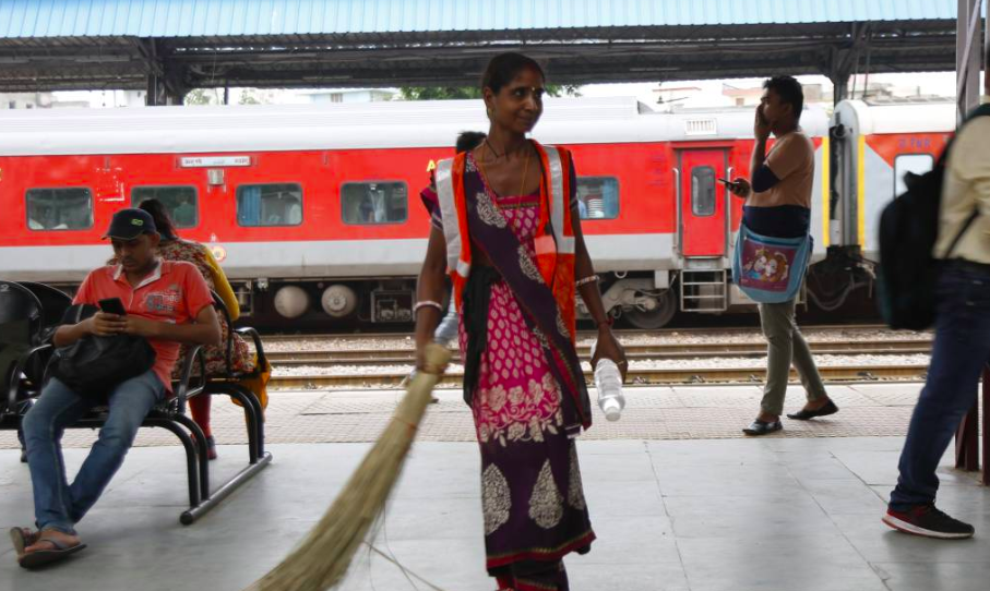 train_station_women_trf.png__1264x568_q85_crop_subsampling-2.png