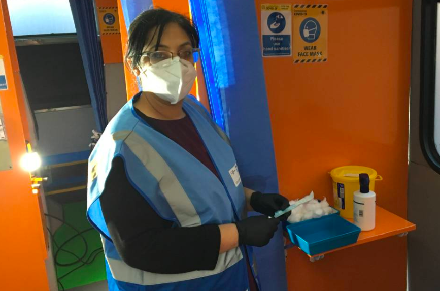 london-bus-mobile-clinic-vaccinations-covid-19-ramadan1-TRF