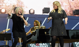 Article: Watch Kelly Clarkson and Carole King's Heartwarming Duet of the 'Gilmore Girls' Theme Song