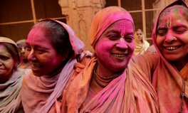 Article: Indian widows beautifully break a 400-year taboo and celebrate Holi in a temple