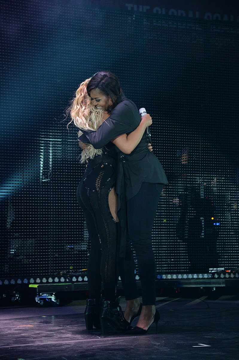 Beyonce_Michelle_Obama_Hug.jpg