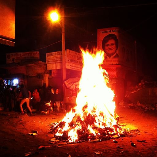 Bonfire_during_Holi.jpg