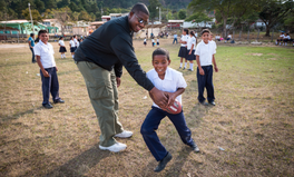 Artikel: NFL Star Kelvin Beachum Fights to End Hunger