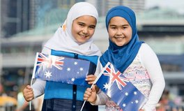 Artikel: Billboard of 2 Muslim Girls Celebrating Australia Day Taken Down Amid Backlash