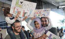 Article: 17 Heartwarming Signs Welcoming Refugees in US Airports