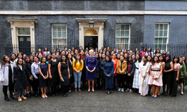 Artikel: Over 100 Female STEM Scholars From India Just Met UK PM Theresa May for Tea