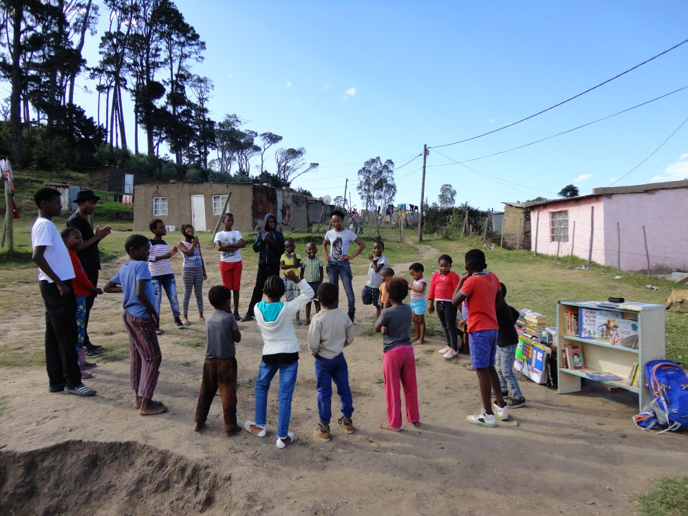africa-series-südafrika-mabali-walking-library-group-reading.jpg