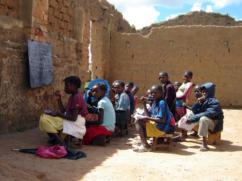 Kinder ohne Klassenraum.jpg