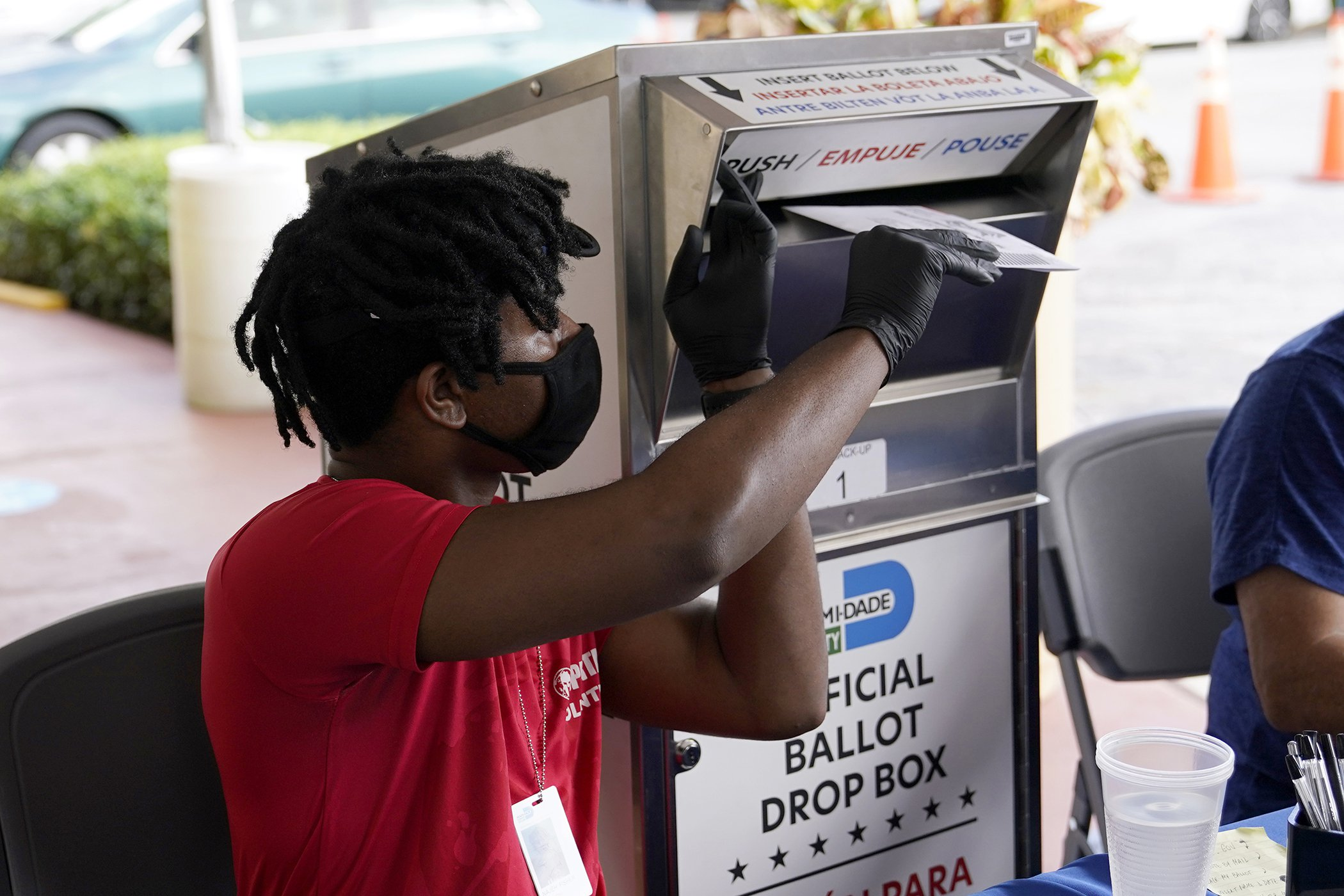 United-States-Election2020-Early-Voting-Mail-In-Ballot-Dropoff.jpg