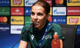 Artikel: This French Referee Is About to Make History for Women in Men's Football
