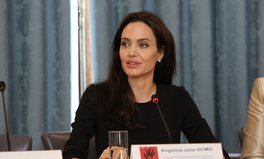 Artikel: Angelina Jolie Urges World to Wake Up to Yemen's Humanitarian Crisis