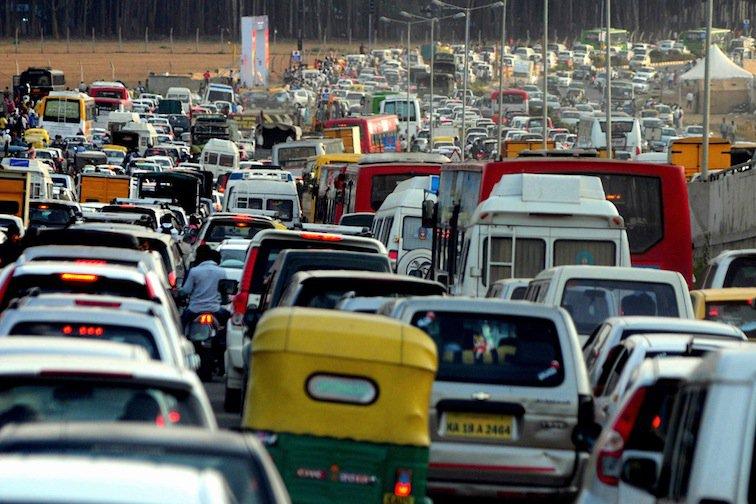 Straßenverkehr in Neu-Delhi.jpg
