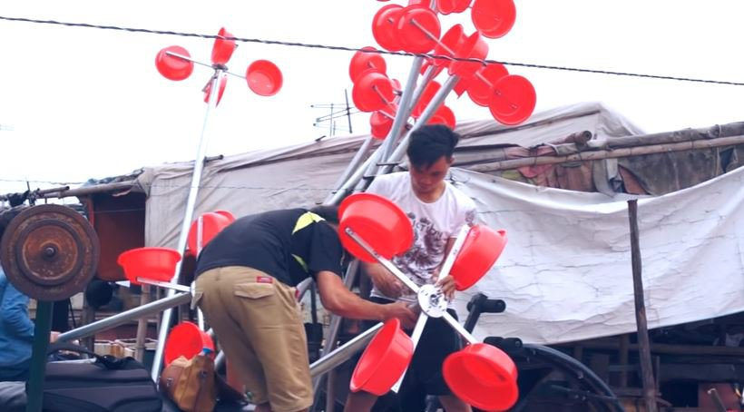 IMAGE Homemade-wind-power-from-buckets-Vietnam-Red-River-BODY-Building the poles.JPG