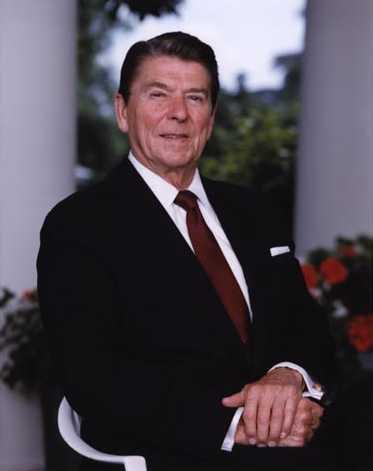 President_Reagan_posing_outside_the_oval_office_1983.jpg