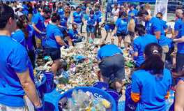 Artikel: Mountain of Trash: Thousands of Volunteers Clean Up Plastic Litter at NYC Beach
