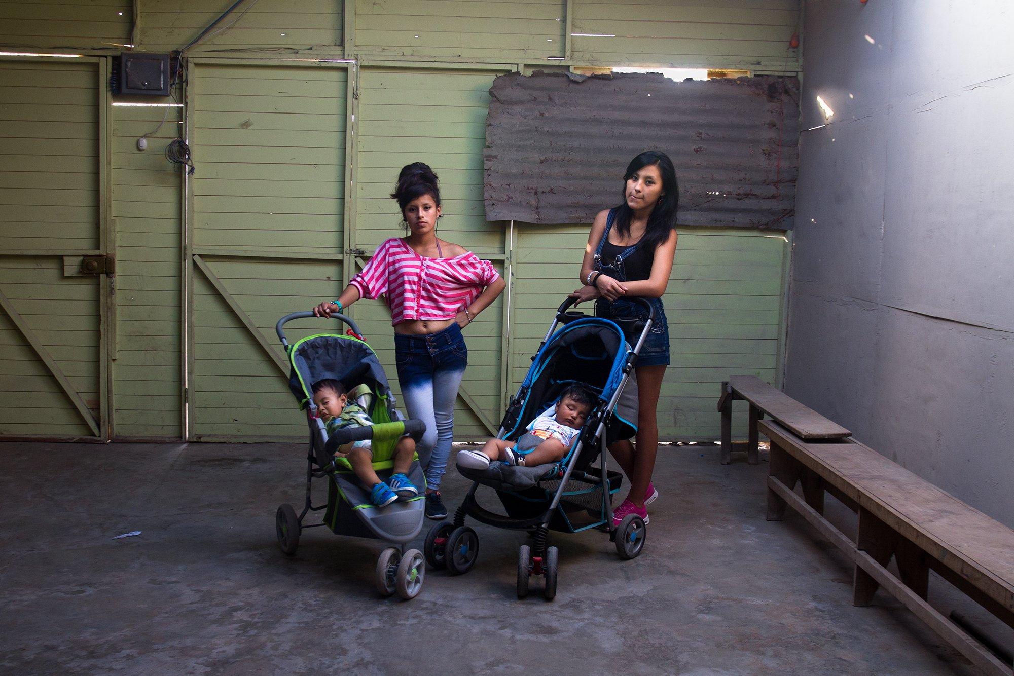 Angie & Jazmin(c)Paco Chuquiure.jpg
