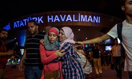 Artikel: Support for Istanbul floods social media after deadly airport terror attack