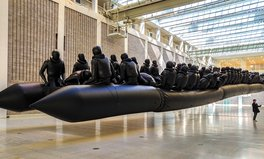 Artikel: Ai Weiwei's Larger-Than-Life Sculpture Makes a Bold Statement About the Refugee Crisis