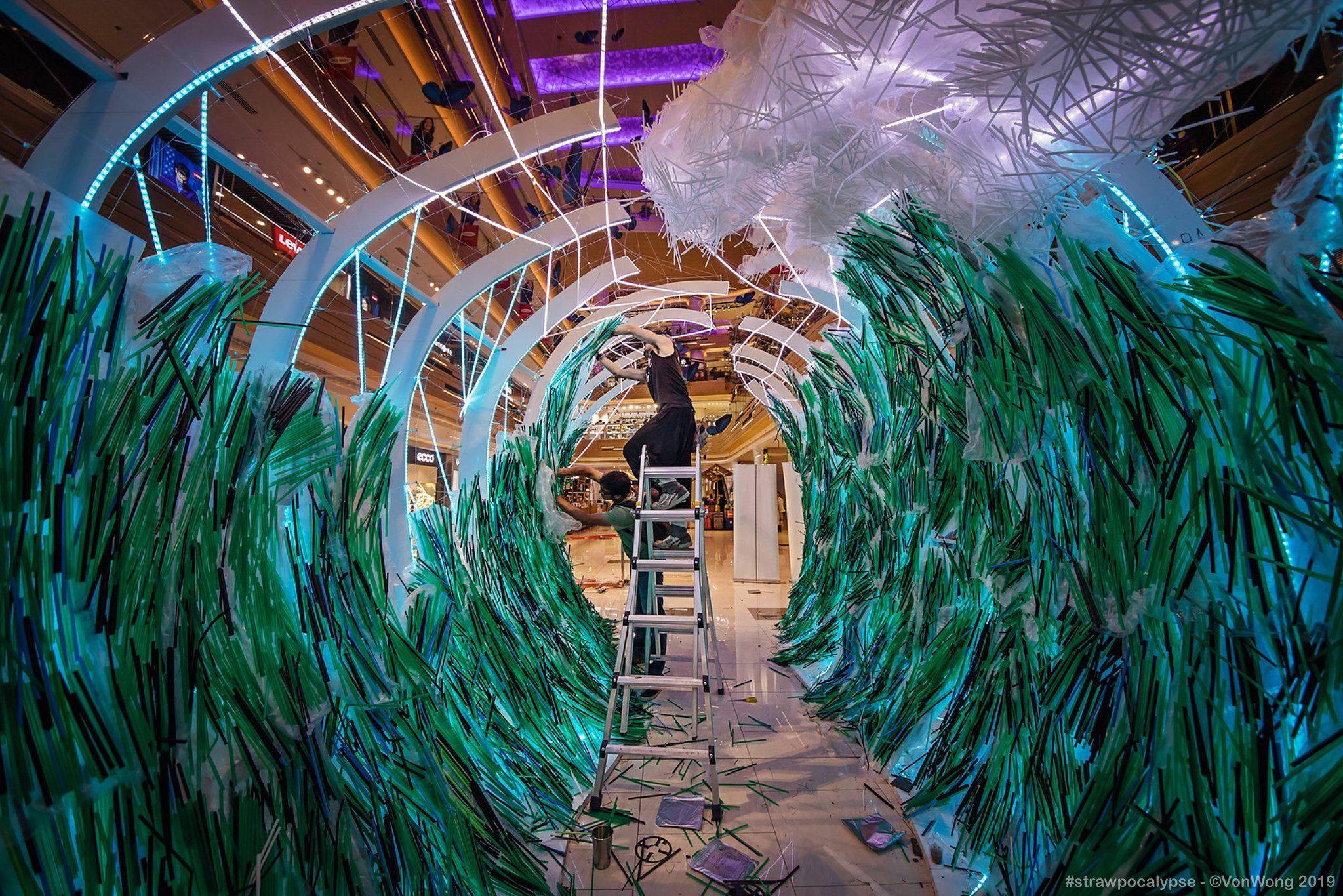 This Artist Turned Thousands of Plastic Straws Into Stunning Ocean Waves