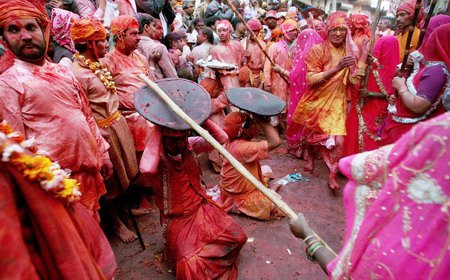 Lath_Mar_Holi_at_Braj.jpg
