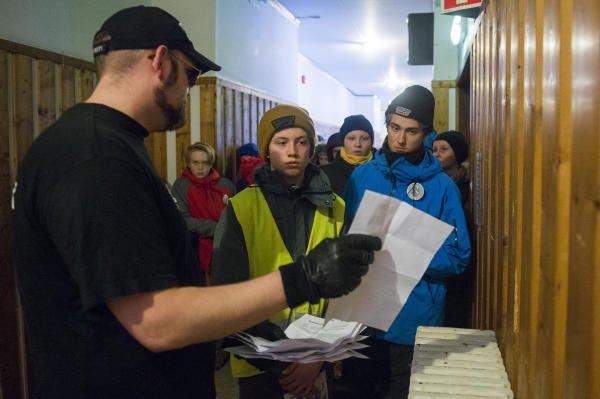 Norwegen inszeniertes Flüchtlingscamp Behörde.jpg