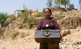 Artikel: A photo reflection on the precious items survivors of the Nepal earthquake carried one year ago