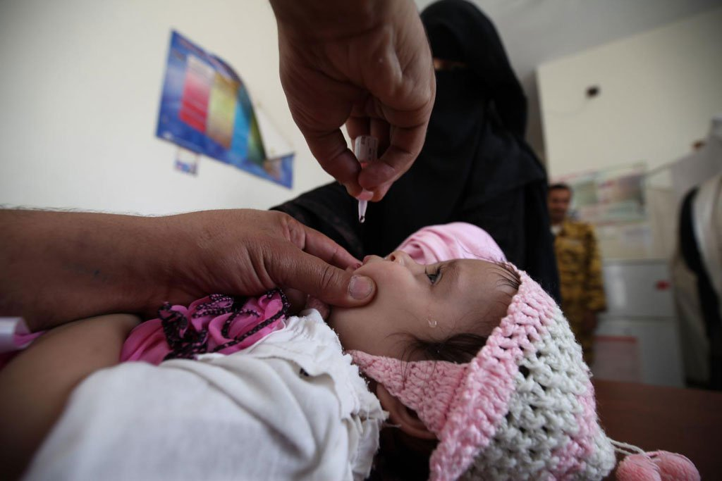 A child gets vaccinated for polio at Al-Olufi Health Center in downtown Sanaa. Photo: UNICEF/IMG_9423/Yasin