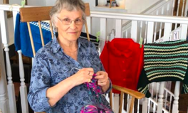 Artículo: This Welsh Grandma Is Inspiring a Community to Knit 2,020 Jumpers for Refugee Children