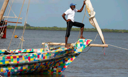 Artikel: Kenyans Build Boat Out of Flip Flops and 10 Tons of Plastic