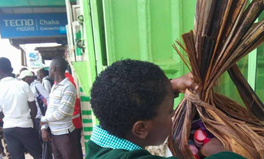 Artikel: This Girl Used Banana Leaves to Beat Kenya's New Plastic Bag Ban, and the Internet Fell in Love